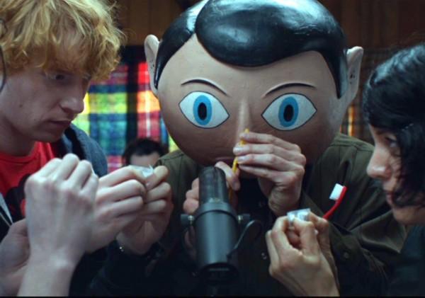 《弗兰克》法斯宾德突破形象 化身怪异大头娃娃