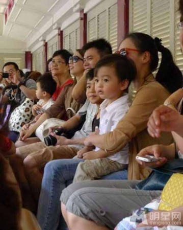 坐在柏芝妈妈身边的儿子