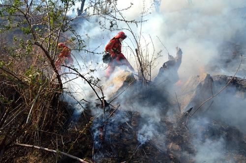 武警木里森林大队参与扑灭四川木里森林火灾