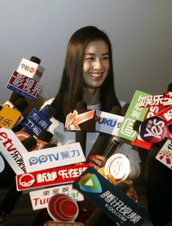 黄圣依脱掉红色高跟鞋回归自我   网易娱乐3月27日报道