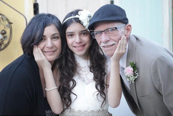 图集详情:   【环球网综合报道】据英国《每日邮报》4月1日报道,美国加利福尼亚州穆里塔市一个名叫乔希泽茨的11岁小女孩在得知处于癌症晚期的父亲将无法参加她未来婚礼时伤心欲绝。在好心人们的帮助下,泽茨一家举办了一场属于她和爸爸的特别迷你婚礼父女俩提前体验了爸爸牵着女儿缓缓走入礼堂的动人过程。   乔希的父亲吉姆泽茨先生今年62岁,患有第四阶段的胰腺癌。无情的病魔即将夺走他的生命,参加爱女未来的婚礼已是无望。这段令人唏嘘的故事深深打动了人们,于是许多好心人出谋划策,为泽茨父女策划了一场特殊的