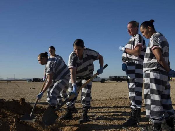 中国女犯镣铐入狱-图为近距离拍摄女囚犯脚镣.-纪实摄影 美国女囚的 铁链 生活图片