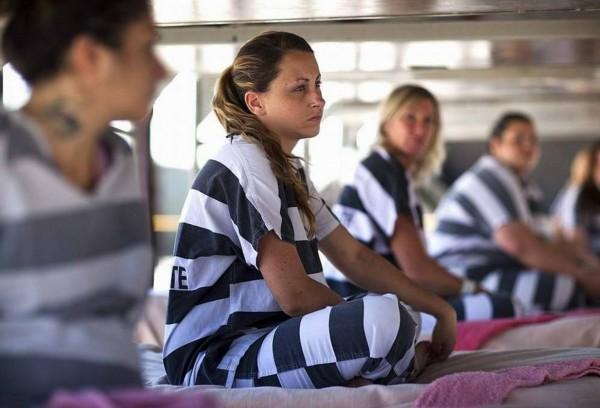 押解女犯重镣铐-纪实摄影 美国女囚的 铁链 生活图片
