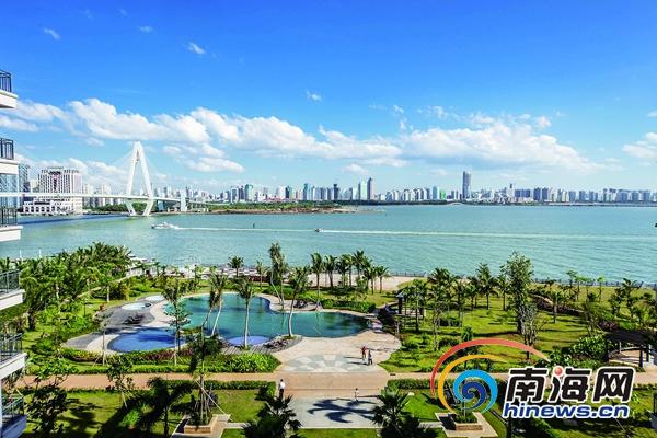 蓝天,海水,高楼形成一幅美丽的滨海城市风景画.图为海口湾风光.图片