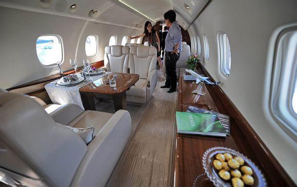 国际巨星成龙购买的legacy650款型私人飞机