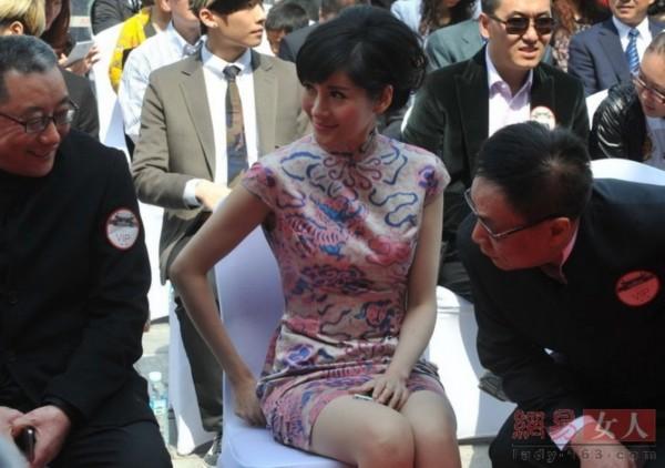 沈星不受事件影响桃花妆短旗袍引富商打量