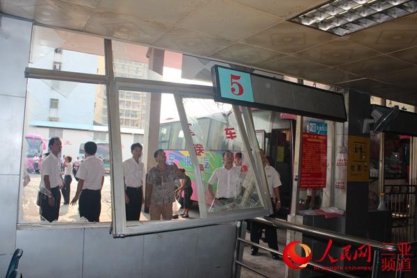 工作人员清理被撞检票口   人民网三亚频道4月15日电(蔡东成)4月15日下午约16时,一男子在三亚汽车总站抢夺一辆等待发班班车的驾驶权,撞向了检票口,该男子随后被赶到的民警人员制服,并送往派出所。目前,此事件正在调查之中。   4月15日下午16时30分,记者赶到三亚汽车总站,此时三亚汽车总站运作已恢复正常,抢夺班车驾驶权的男子已被警方控制。在候车大厅的5号检票口,记者看到该处的窗户有被撞的痕迹,而玻璃窗和门已经损毁变形,工作人员正在进行清理。   在汽车总站停车场内,被抢夺驾驶权的车辆停放在一旁