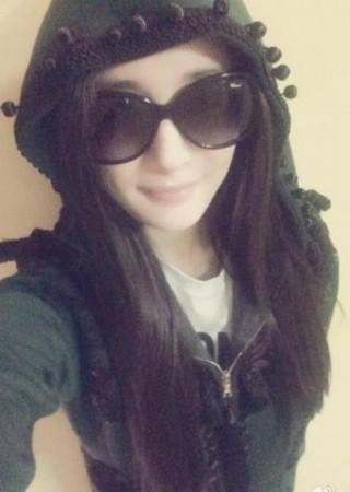 已怀孕7个月的杨幂于4月22日晒出自拍,照片中的她穿着休闲服,戴墨镜