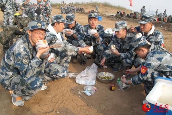 空军指挥学院野外综合训练部队转入徒步行军