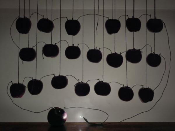 科学变艺术:水果发电唯美照片   图集详情:   【环球网综合报道】英国知名摄影师凯莱布查兰(Caleb Charland)最擅长的就是将看不见的科学原理变成艺术,他的早期作品曾利用手电筒、蜡烛和磁铁向人们展示基本的科学原理。据英国《连线》杂志4月21日报道,查兰近日推出了新作品《回归灯光》系列,使用水果和蔬菜为LED灯供电,让人惊叹不已。   据报道,《回归灯光》的灵感来自摄影师中学时经典的土豆电池实验,原理是通过蔬菜中的酸和电解质产生电能。查兰的实验对象不仅仅是土豆,他曾用酸橙做成一个临时电池,