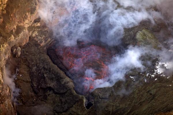 沉睡的南极熔岩湖喷射岩浆炸弹