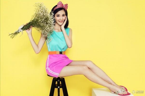 刘雨欣甜美化身送花使者 俏皮宛若花漾萝莉