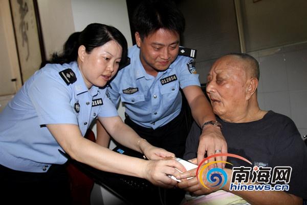 全国战斗英雄年迈瘫痪 海口民警上门为其办证