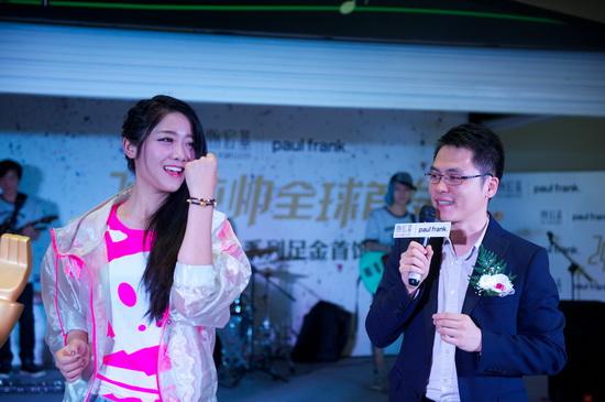 """许明明成厂商新宠 现场演绎""""时尚土豪金""""(图)"""