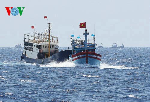 越方实拍中越在南海_一越南渔船在西沙海域对中国渔船干扰冲撞倾覆__海南新闻网_南海网