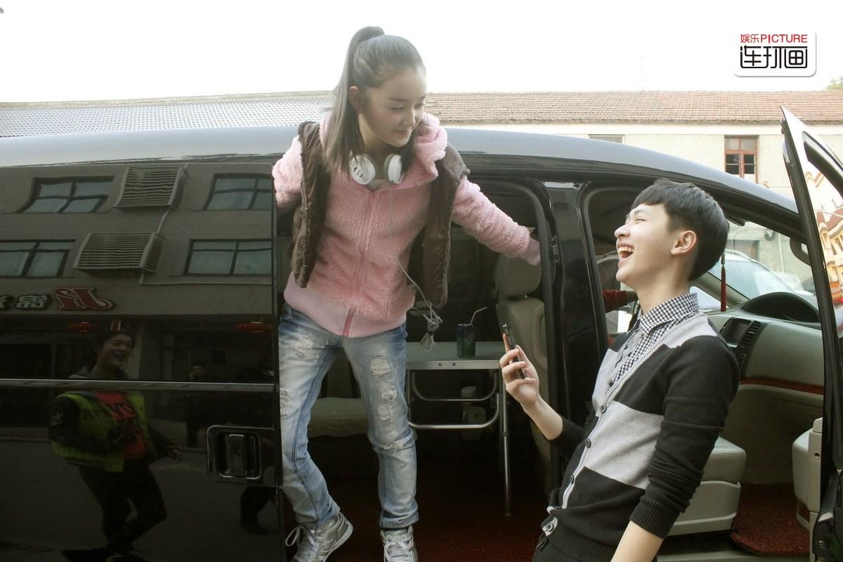 童年 童星 定格 依依/唱完歌,蒋依依的爸爸载着这一车小童星回剧组。