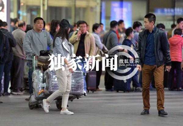 张静初自出道以来虽然行事非常低调,除宣传外很少出现在大众的视野中,然而身上的话题却一直不断,最近因为力挺黄海波再次站在了舆论的风口浪尖之上。日前,搜狐视频在首都机场遇见张静初带着母亲一同回京,刚下飞机就遭到一个男青年的尾随并向她提出合影的请求。   当天,头戴黑色棒球帽的张静初身穿一件黑白条纹上衣,搭配米色休闲裤和一双白球鞋,脸上不施粉黛素面朝天,仅以一副黑框眼镜作为修饰,整个装扮低调无华,看起来如同一个普通的邻家女孩一样,与她一同回京的除助理外,还有一位短发朴实的中年妇女,正是张静初的母亲。自下了