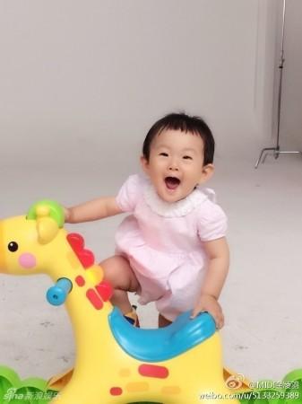 """""""好声音""""金志文女儿满岁 有爱全家福曝光(组图)"""