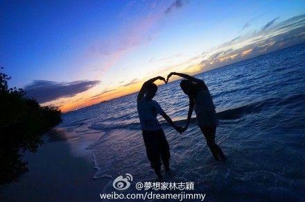 林志颖通过微博晒夕阳下的浪漫晚餐,并和老婆摆出心形造型大高清图片