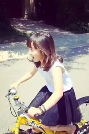 视频:孙莉分享女儿黄多多骑车视频 小美女初长