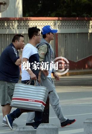 陈思诚忙前跑后托运行李 探佟丽娅兼赔罪(组图)图片