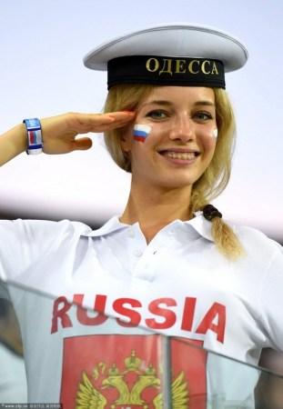 俄罗斯美女球迷海军制服迷人;