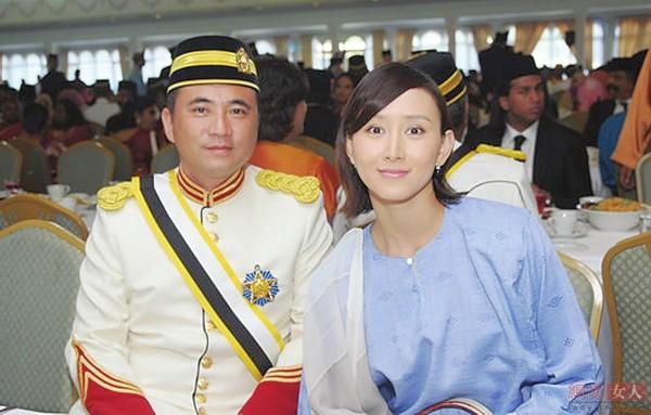 胡静还未来得及施展身手,一年之后,胡静就嫁给了马来西亚首富朱兆祥