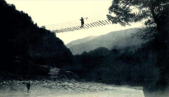 【環球網綜合報道】一名工人在拉著轎車駛過木橋,身后是白茫茫的富士山;身著長黑衫的男子們乘著日本傳統船只捕魚,女子潛入水中,尋找珍珠。據日本新聞網站rocketnews24.com3月7日報道,這些透露著鄉村氣息的照片,已經有100年的歷史了,其厚重感令人難以相信。   據悉,這些攝影技術是非常復古的。在經歷過以藍色和深褐色著色,多次曝光和軟聚焦之后,這些照片通常只留下一個模糊的光影。但是它們卻可以讓今天的人們看到歷史的演變。當時拍攝這組百年歷史照片的人或許不會想到,100年后,攝影可以發展得如此高
