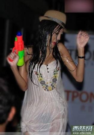 老挝泼水节的湿身美女
