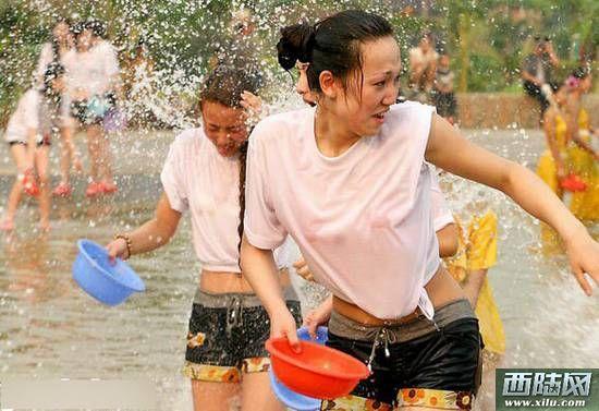 老挝美女_老挝泼水节的湿身美女 被泼得越多越幸运(图)__海南新闻网_南海网