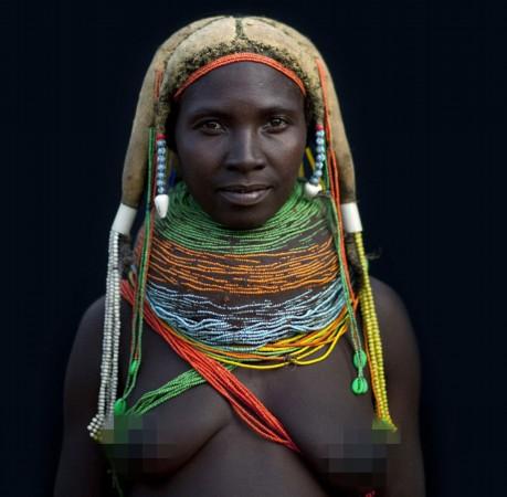 展示了其在非洲国家安哥拉部落的见闻,让人们得以有机会一瞥那里