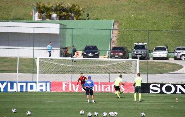 内马尔训练点球-古斯塔沃停赛 巴西队演练B计划尝试352阵型图片