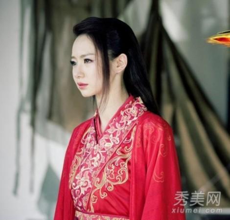 《古剑奇谭》戚薇定妆照,穿着大红色服装,门襟处精致金色花纹装
