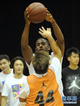 当日,美国nba快船队球星克里斯·保罗在香港协青社赛马会大楼篮球场与