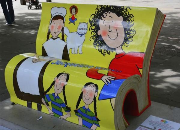 英国伦敦街头现创意书凳子