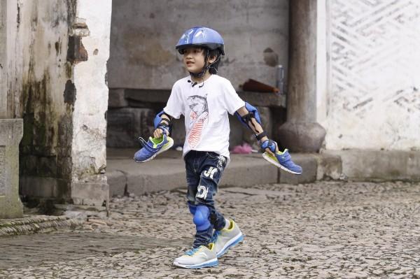 费曼穿爸爸鞋子跑步比赛
