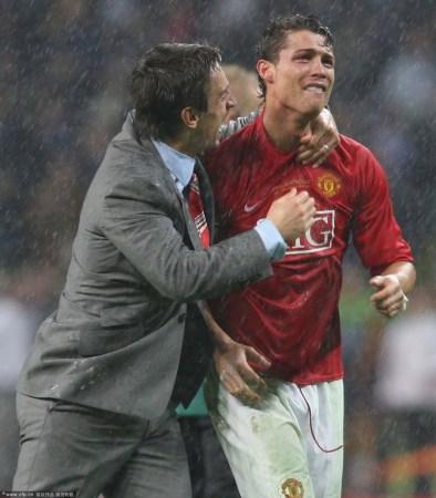 曼联惊险捧杯,c罗在雨中尽情痛哭,释放压力图片
