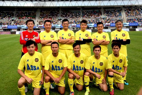 香港明星足球队长春公益行 卖球衣为残疾儿筹款
