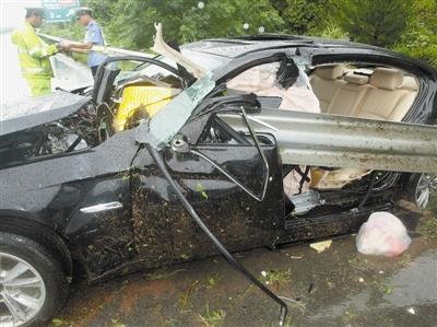 路滑猛踩刹车 宝马车惨遭护栏穿身司机当场身亡