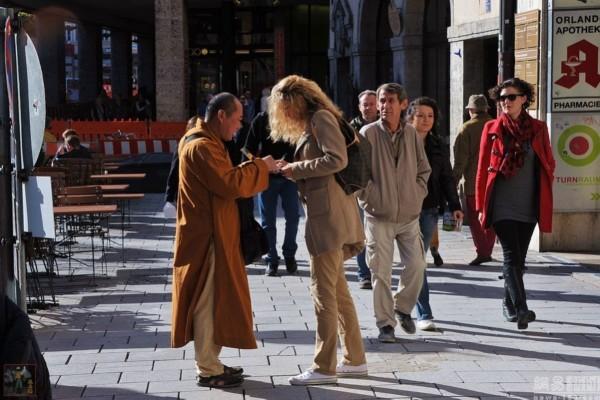 图为德国大街上出现和尚