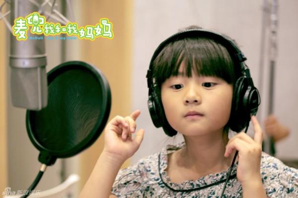 日,黄磊与女儿多多为电影《麦兜我和我的妈妈》配音.摄影记者/王