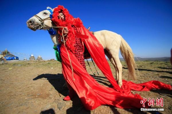 孔宁牵着白马行走草原表达了对蒙古马永恒的爱,她最终嫁给了蒙古马的