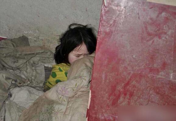 小幼女馒头逼特写_无锡少女被母抛弃 与父亲住车库吃发霉馒头让人心疼