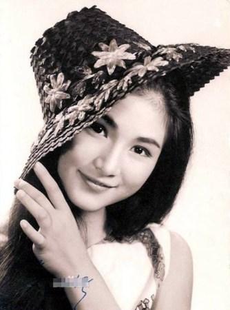 "ca2cdebc391 郑佩佩是上海人,学芭蕾舞出身。1960年来到香港,后加入邵氏电影公司,是上世纪60年代中后期-70年代前期香港影坛一姐,曾被封为""武侠影后""。"