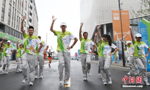 美女志愿者与运动员广场热舞小苹果