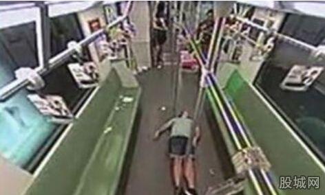 金科路 乘客 男性/9日晚9点34分,一男性外籍乘客在列车将进入金科路站时突然缓缓...