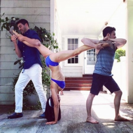 国外妹纸这么玩瑜伽,也是醉了。。