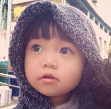 韩寒女儿超萌 圆脸大眼可爱程度超王诗龄(图)