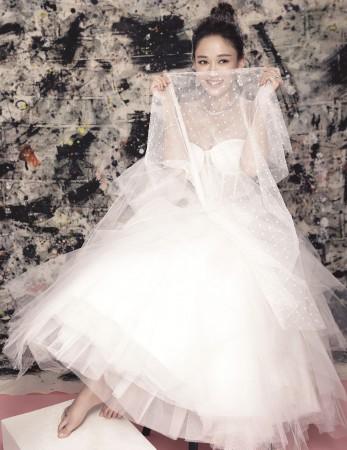 陈乔恩婚纱写真化身双面新娘 再登杂志封面