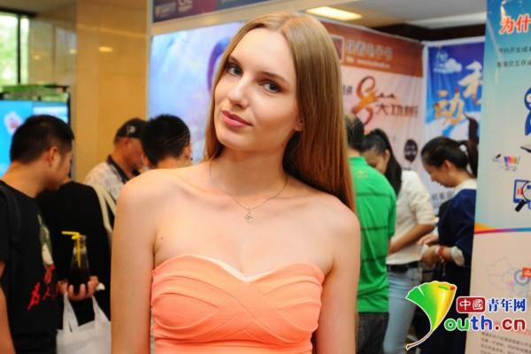 美女模特面对镜头露出笑容中国青年网记者李拓摄